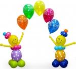 Клоуны с цепочкой из шаров