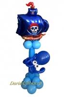 Стойка из воздушных шаров с пиратским кораблем